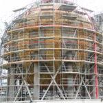 échafaudages sur un bâtiment en forme de sphère