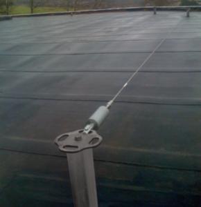 Installation d'une ligne de vie sur toiture plate