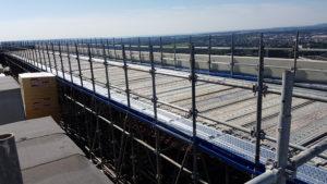 Platelages métalliques formant un plancher pour accès aux toitures en toute sécurité