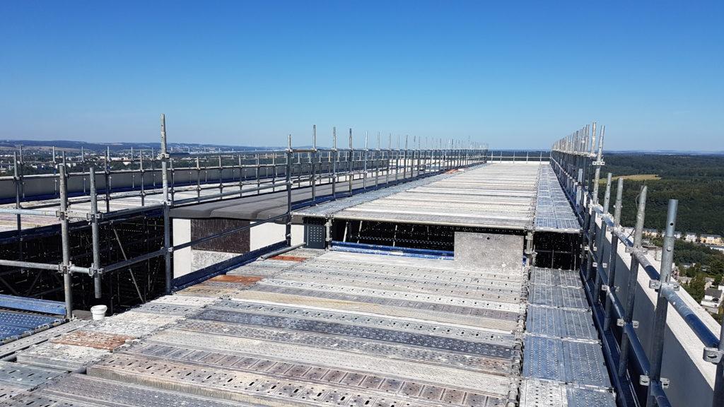 réalisation d'un plancher provisoire en platelages métalliques pour chantier en hauteur