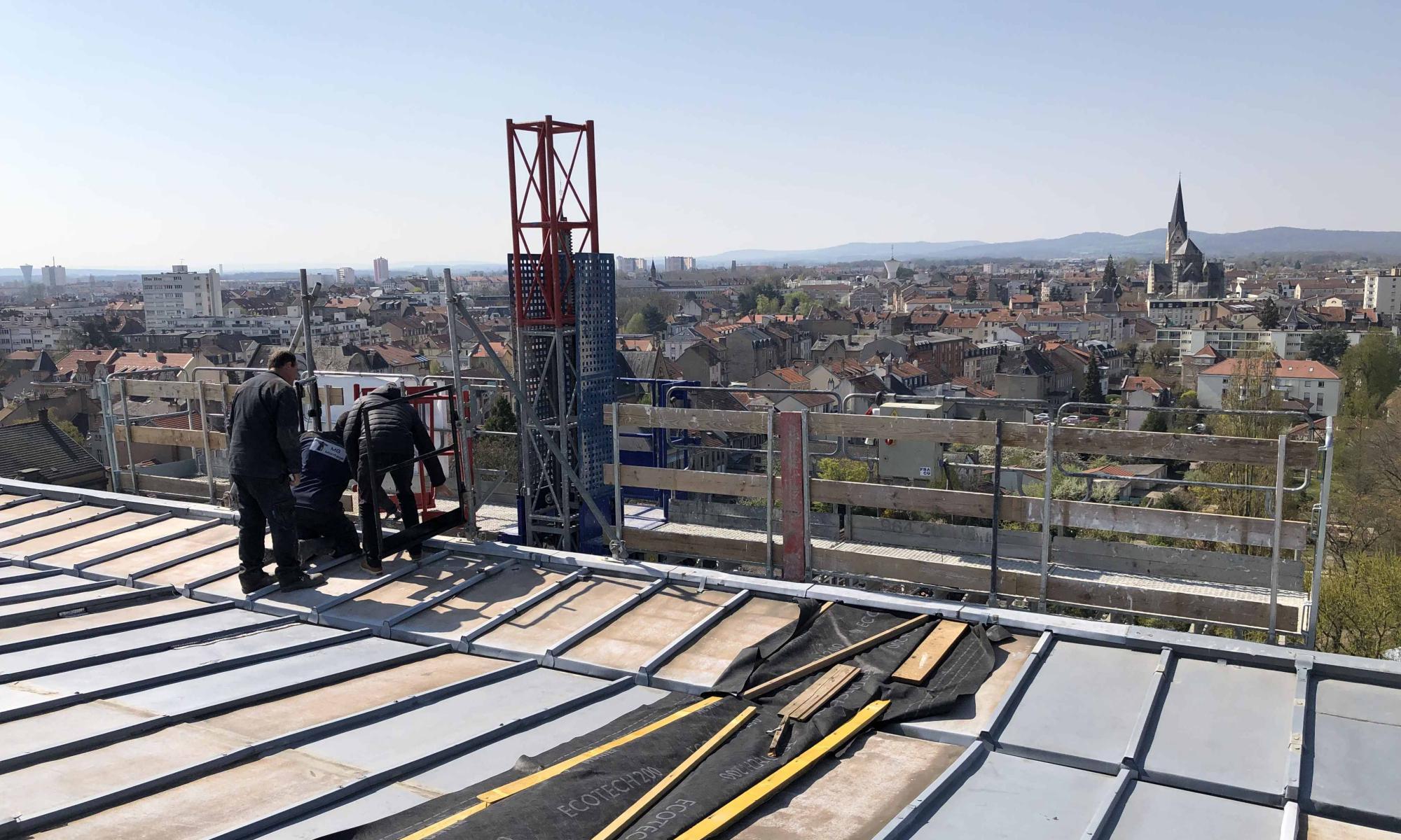 Plateforme monomat mécanisée pour accès pratique, rapide et sécurisé à la toiture de l'immeuble